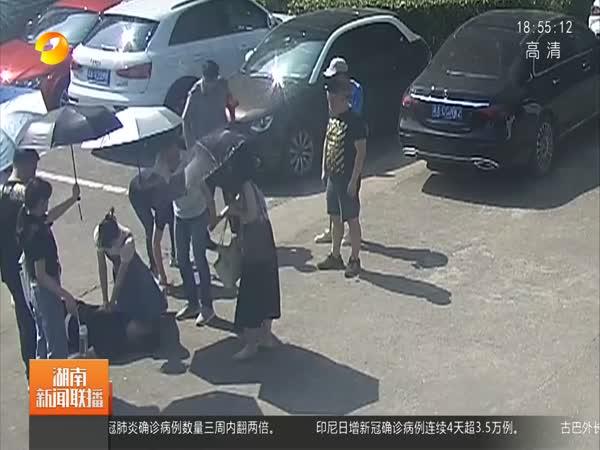 中南大学医学生跪地抢救病人 膝盖被高温灼伤